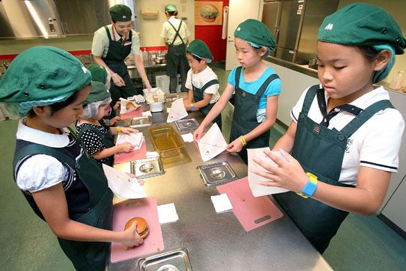 أطفال اليابان في تعليم أغرب من الخيال